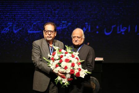 Muhammad Ahmed Shah Presenting The Bouquet To Anwar Maqsood